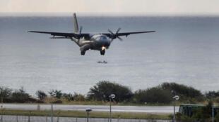 L'avion militaire CASA 235 participe aux recherches menées au large de La Réunion, pour retrouver des débris du vol MH370.
