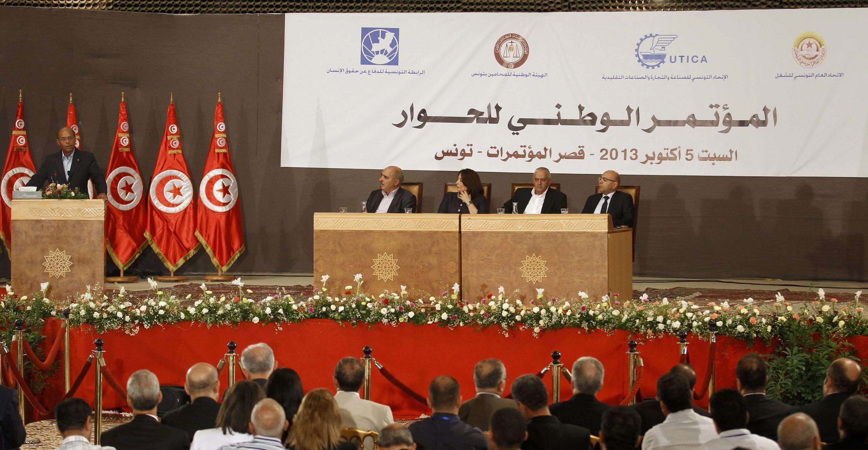 Bộ Tứ (bàn bên phải) trong một Hội nghị Đối thoại Dân tộc, thủ đô Tunis, 05/10/2013. Tổng thống Moncef Marzouki ở bàn trái.