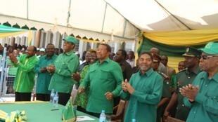 Mwenyekiti wa CCM rais mstaafuwa Tanzania Jakaya Kikwete (Katikati) akiwa na baadhi ya viongozi wa chama hicho
