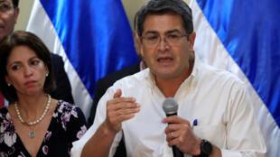 Pese a que la Constitución del país prohíbe la reelección, Juan Orlando Hernández se presentó en 2017 para un segundo mandato consecutivo gracias a una decisión de la Corte Suprema de Justicia que aprobó su candidatura.