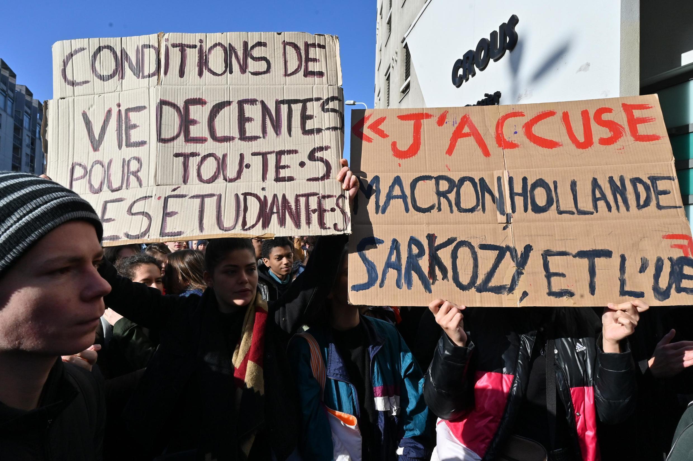 Manifestação convocada pelo sindicato de estudantes franceses Solidaires, dias depois que um estudante de 22 anos se imolou por causa de problemas financeiros.