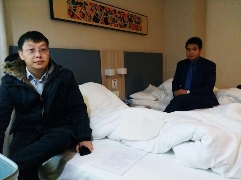 Ảnh hai luật sư Yan Xin (T) và Ge Yongxi (P) của nhà đấu tranh Wu Gan, tại khách sạn ở Thiên Tân, ngày 26/12/2017.
