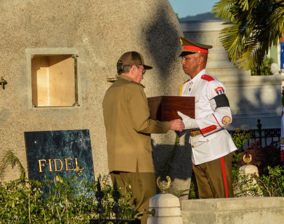 رائول کاسترو در حال تحویل گرفتن خاکستر برادرش فیدل کاسترو، جهت قرار دادن در محلی که برای این کار در نظر گرفته شده. سانتیاگو د کوبا، ٤ دسامبر ٢٠۱۶