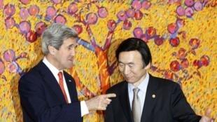 Госсекретарь США Джон Керри и глава МИДа Юржной Кореи Юн Бен-Се на совместной пресс-конференции в Сеуле 12/04/2013