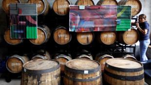 Selon l'étude, l'alcool est la principale cause de décès chez les personnes âgées de 15 à 49 ans. ici, une distillerie à Phnom Penh, le 16 août 2018. (Image d'illustration)