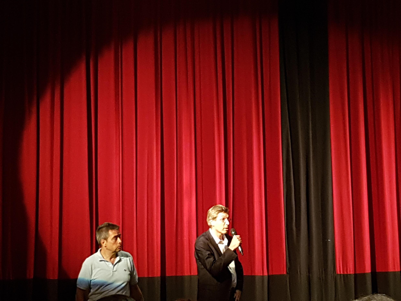 Посол Франсуа Крокет (справа) во время выступления в кинотеатре Le Balzac