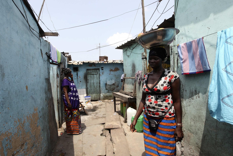 Une vendeuse dans un bidonville d'Abidjan, le 30 avril 2012.