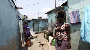 Une vendeuse dans un bidonville d'Abidjan.