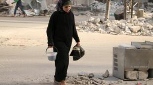 Mulher em uma rua de Aleppo 27 de junho de 2015.