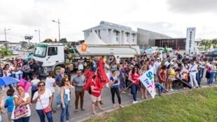 En Guyane, la population est plus jeune et plus pauvre qu'en métropole, alors que le coût de la vie y est plus élevé. Photo : une manifestation à Cayenne.