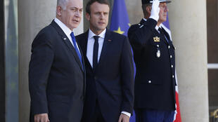 El presidente francés Emmanuel Macron al momento de recibir al Primer ministro israelí Bengamín Netanyahu en el Elíseo, 17 de julio 2017.