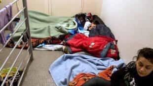 Una familia de refugiados serbios en un centro de acogida en Tours, Francia.
