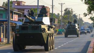 Patrouille de véhicules militaires en Birmanie, le 3 février 2021.