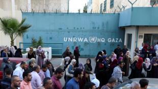 Des employés de l'UNRWA protestent contre les suppressions de postes de l'agence onusienne, suite au déficit de 200 millions de dollars, le 19 septembre 2018.