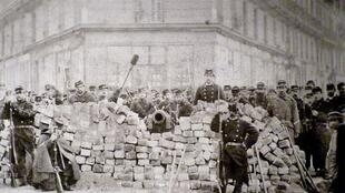 Barricada parisina en 1871. Boulevard Voltaire.