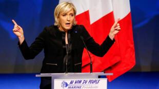 Глава французских крайне правых и кандидат в президенты от Нацфронта Марин Ле Пен