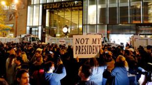 Wasu daga cikin masu zanga-zangar adawa da Donald Trump a Amurka
