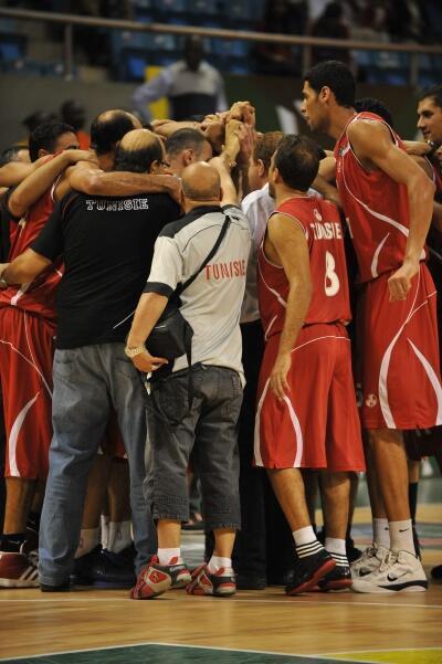 L'équipe de Tunisie unie avant d'affronter l'Angola en finale de l'Afrobasket 2011 à Madagascar.