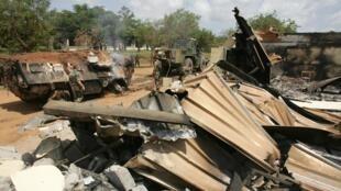Les bâtiments détruits du lycée Descartes, camp militaire français bombardé par l'aviation ivoirienne le 6 novembre 2004.
