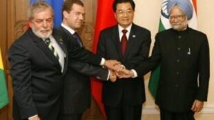 Da esqueda para direita, o presidente Lula, o presidente russo, Dmitri Medvedev, o presidente chinês, Hu Jintao, e o primeiro-indiano, Manmohan Singh, no 1° encontro do Bric, 16 de junho de 2009.
