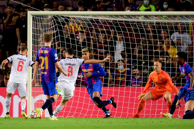 Le buteur du Bayern Munich Robert Lewandowski fusille le gardien du Barça Marc-André Ter Stegen au Camp Nou, le 14 septembre 2021