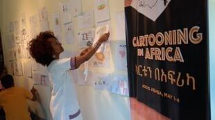 Des enfants ont pu discuter et apprendre l'art de la caricature avec des dessinateurs africains à l'Alliance éthio-française d'Addis-Abeba.