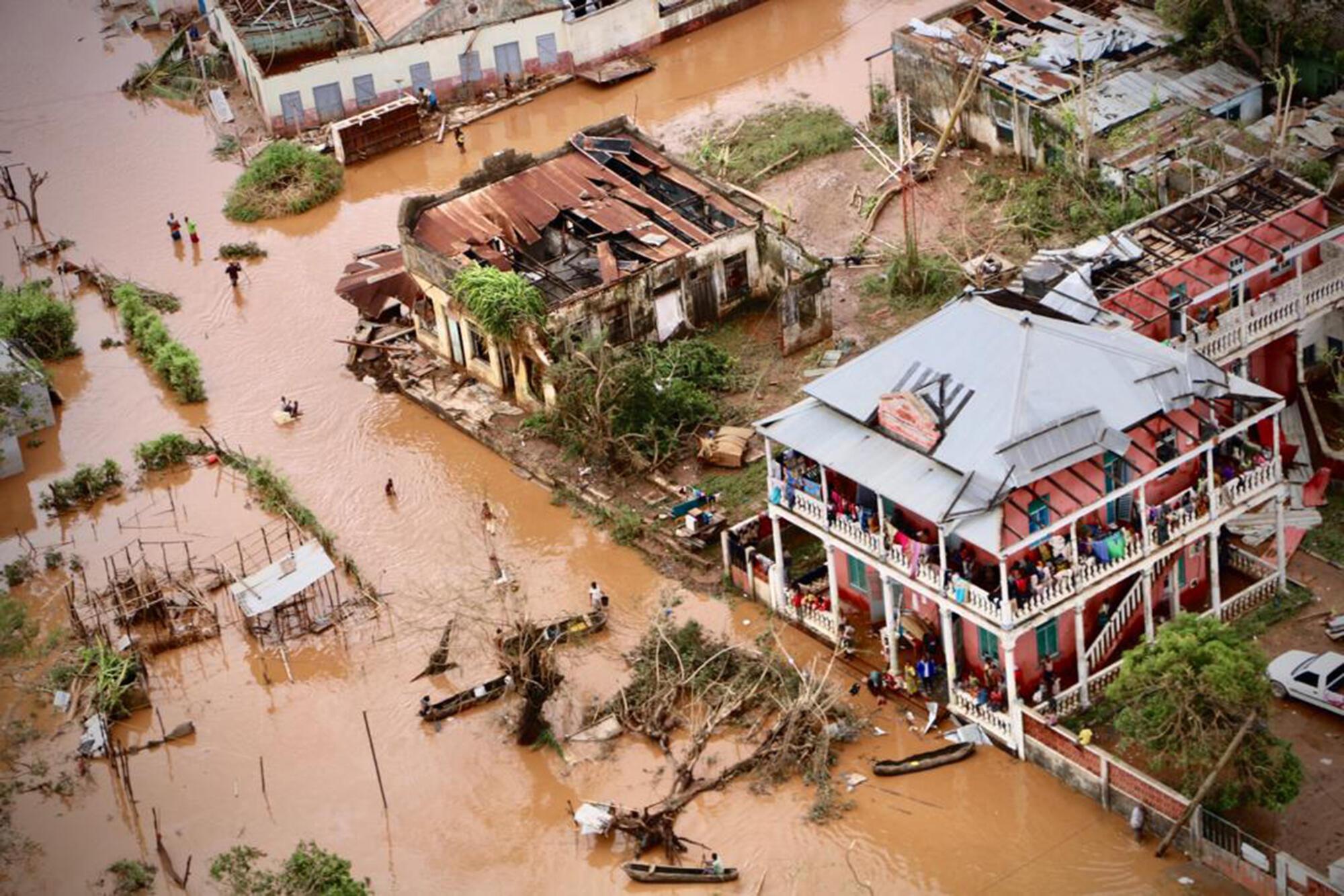 Pessoas a andar nas ruas inundadas de Buzi, centro de Moçambique, 20 de Março de 2019