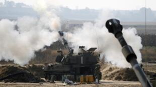 Tir de l'artillerie israélienne vers la bande de Gaza, lundi 28 juillet 2014.