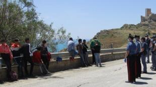 La police italienne arrête et contrôle les immigrants trouvés le long de la route et dans la campagne à Palma di Montechiaro près d'Agrigente, en Sicile, le 24 mai 2020. Environ 400 migrants ont été débarqués le 24 mai 2020.