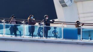 Hành khách trên tàu Diamond Princess đang neo đậu tại cảng Yokohama, Nhật Bản. Ảnh chụp ngày 13/02/2020.