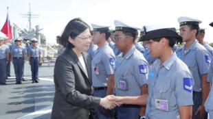 Tổng thống Đài Loan Thái Anh Văn thăm hỏi các thủy thủ trên một chiến hạm ở cảng Cao Hùng, 13/07/2016.