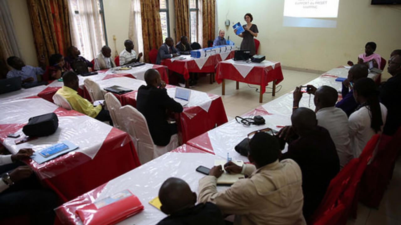 Un Officier du Bureau Conjoint des Nations unies aux droits de l'Homme (BCNUDH), présente aux partenaires de la société civile le rapport du « Projet Mapping » sur les violations les plus graves des droits de l'homme, entre mars 1993 et juin 2003 en RDC.