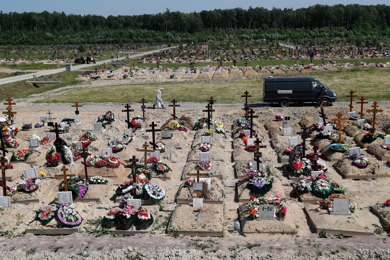 «Коронавирусный участок» на кладбище в Санкт-Петербурге. Для захоронения жертв COVID-19 власти города выделили два кладбища: Илики и Новое Колпинское. 26 июня 2020 г.