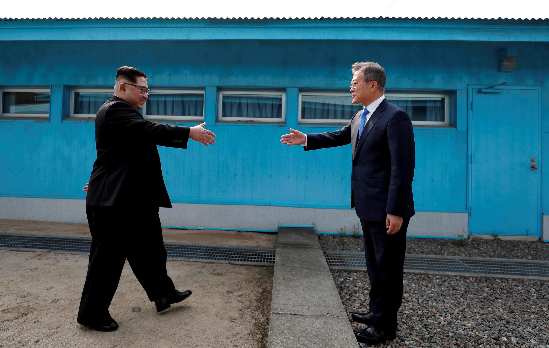 Poignée de main entre le président sud-coréen, Moon Jae-in, et le leader nord-coréen, Kim Jong-un, à Panmunjeom, le 27 avril 2018.