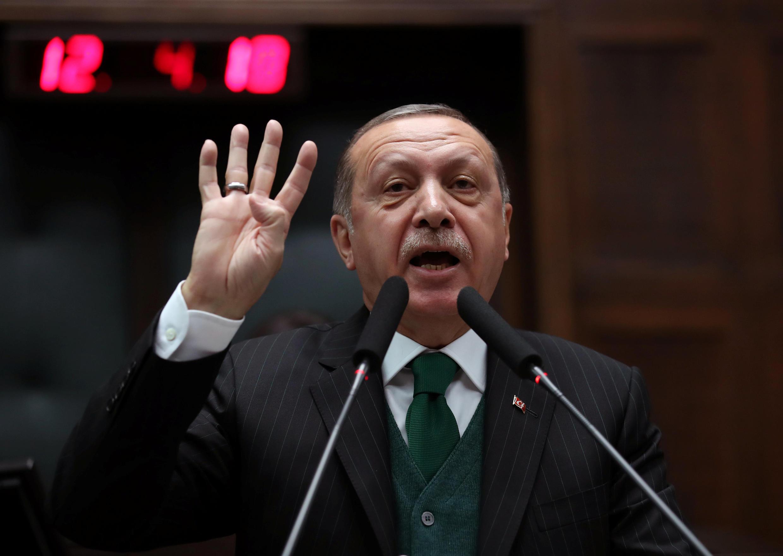 После введения американских санкций курс турецкой лиры за день упал почти на 17%. Эрдоган призвал соотечественников «проявлять патриотизм» и продавать иностранную валюту