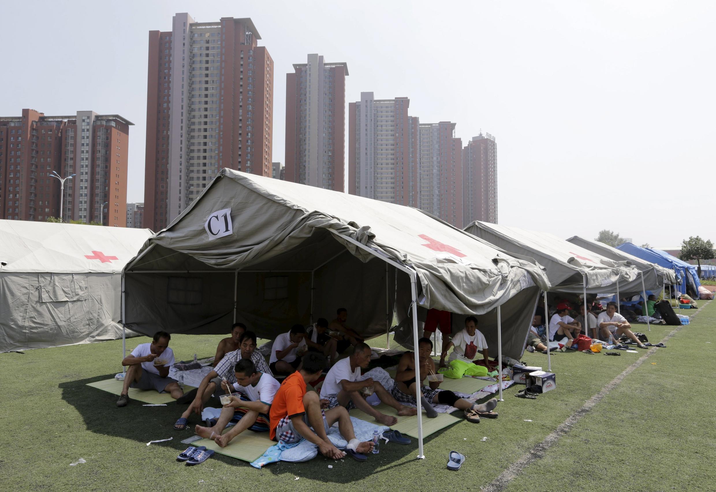 Les rescapés placés sous des tentes. Tianjin, le 13 août 2015.