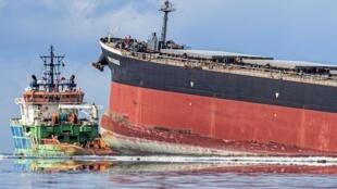 Le vraquier MV Wakashio, appartenant à un armateur japonais et battant pavillon panaméen, était chargé de quelque 3.800 tonnes de fioul qui a commencé à se répandre en mer après son accident à Pointe d'Esny, près de l'aéroport international de Maurice.