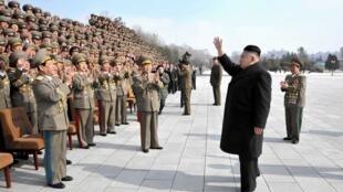 Fin février, Kim Jong-Un rencontre des militaires au cours d'une cérémonie.