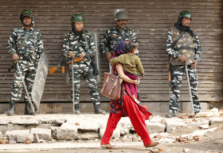 """اعتراضها علیه """"قانون شهروندی"""" از ماه دسامبر گذشته (دی ٩٨) آغاز شد و به موازات افزایش نگرانی اقلیت مسلمان، خشونت بیشتری یافت. مسلمانان هند که حدود ٢٠٠ میلیون نفر هستند، کمتر از ٢٠درصد جمعیت کل هند را تشکیل میدهند."""