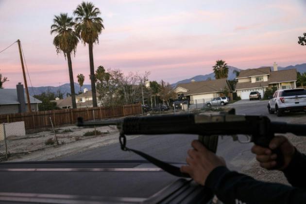 Maafisa wa polisi wakiwasaka watuhumiwa wa mauaji katika Kaunti ya San Bernardino Desemba 2, 2015.