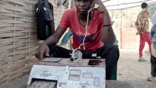 Mamadou Saliou Diallo, le jeune collégien de Popodara, la préfecture de Labé en Guinée, a conçu un téléphone artisanal.