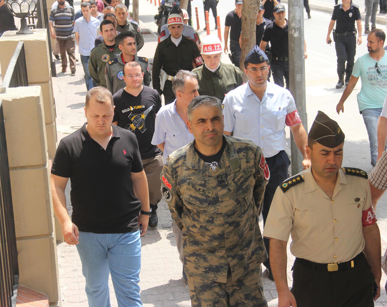 Entre os presos está o general Bekir Ercan Van(centro), comandante de uma base aérea turca usada por forças norte-americanas para lançar ataques sobre terroristas no Iraque e na Síria.