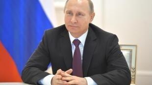 Vladimir Poutine soutient l'idée d'une mission de maintien de la paix de l'ONU, qui serait déployée le long des 400 kilomètres de la ligne de front du Donbass.