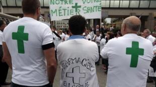 Greve dos donos de farmácia que protestam contra a generalização da venda de medicamentos sem prescrição médica em supermercados.