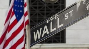 图为美国纽约华尔街道路指示牌