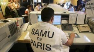 Funcionários do centro de atendimento do Samu na capital francesa.