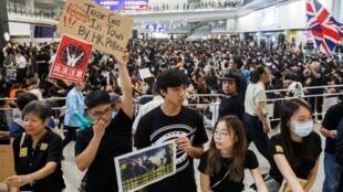 Người biểu tình tọa kháng ở sảnh đến, sân bay quốc tế Hồng Kông, ngày 09/08/2019.