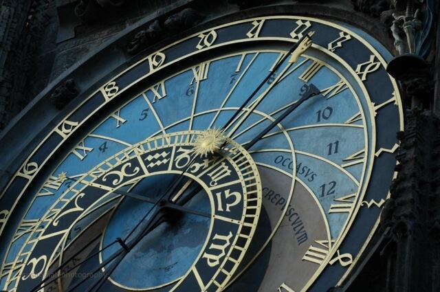 La astrología es un método para conocer la personalidad y el destino de los hombres por el estudio de la influencia de los astros.