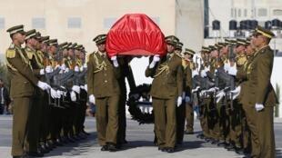 Le cercueil de Ziad Abou Eïn porté par les forces de sécurité palestiniennes, ce jeudi 11 décembre 2014.