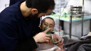 Segundo os médicos, pelo menos 14 pessoas, em Ghuta, apresentaram sintoma de envenenamento com gás de cloro, inclusive uma criança, que morreu.